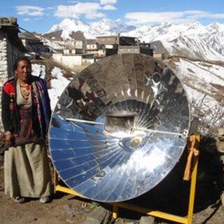 Kuchenka paraboliczna w górskiej wiosce Nepalu