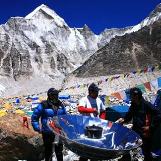Kuchenka paraboliczna firmy Sun and Ice na górze Mont-Everest