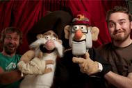 Alex Hirsch y Matt Chapman con marionetas de Fiddleford McGucket y Stanley Pines
