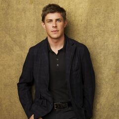 Chris Lowell como Dell Parker