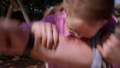 April beißt ihren Adoptivvater.png