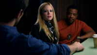 Nick Adalind Hank poste de police interrogation affaire abeilles