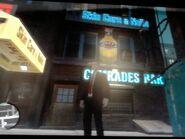 Niko a Comrades Bar bejáratánál