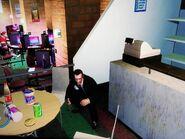 Niko, mielőtt kirabolná a Brokerben lévő internetkávézó kasszáját