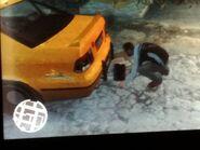 Niko elhelyezi Packie bombáját egy autó alá