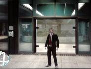 Niko a Goldberg, Ligner & Shyster épület bejáratánál
