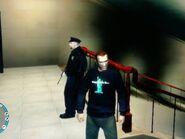 Niko figyeli a rendőrt a Boldogság-szobor egyik épületében