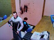 Niko, miután lelőtte a mosodában lévő öregasszonyt
