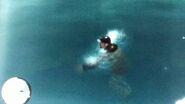 Róbert úszik a vízben