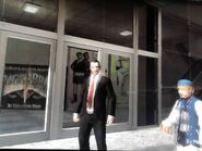 Niko egy bejárhatatlan bevásárlóközpont előtt