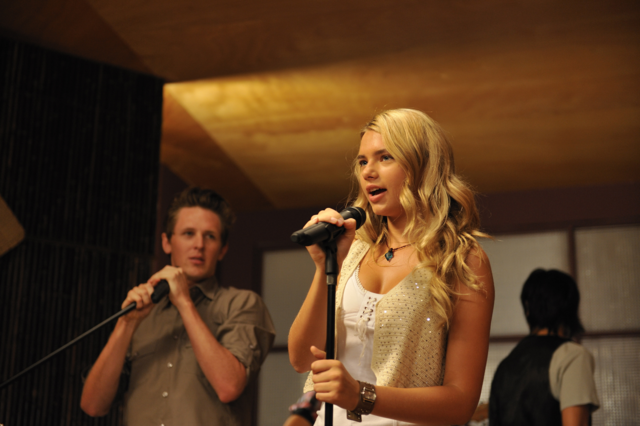 File:Bella Singing.png