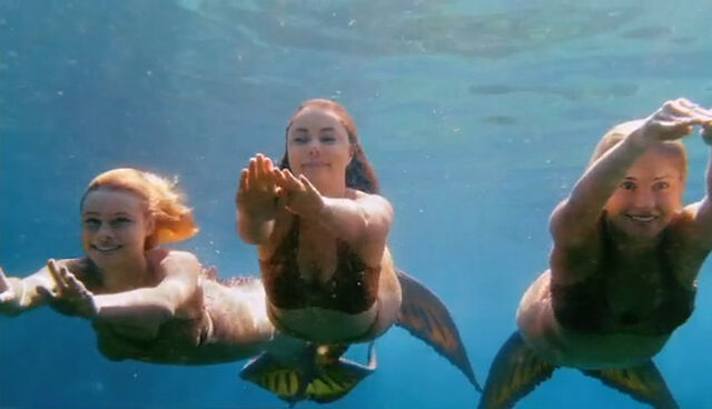 File:Mako Mermaids Under Water.jpg