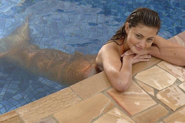 File:Cleo In The Pool.jpg
