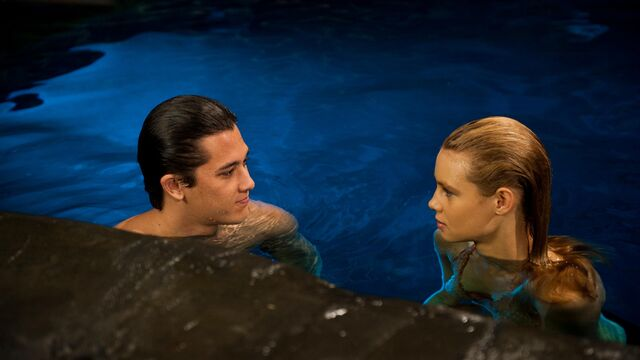 File:Zac and Lyla in the Moon Pool.JPG