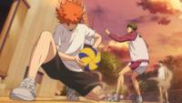 Hinata odbiera piłkę przed ushijimą