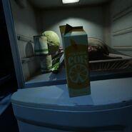 Апельсиновый сок и продукты в холодильнике