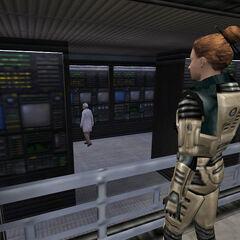 Cross mirando los paneles de información en el Sector C