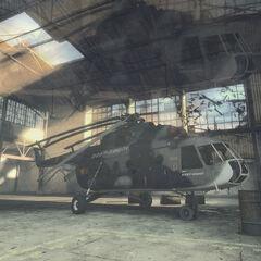 El primer Consejero deformando la vista de Gordon Freeman mientras accede hangar, con el Mil Mi-8 al fondo