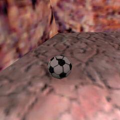 Pelota de Fútbol encontrada bajo el camino del tranvía