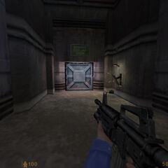 Soldados HECU derribando una puerta