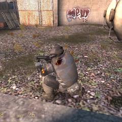 Soldado Overwatch herido disparandole a una horda de Zombis