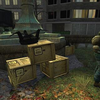 Mina Saltadora junto a unas cajas de munición en un puesto de la resistencia