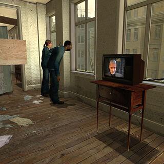 Ciudadanos hablando con un TV encendido