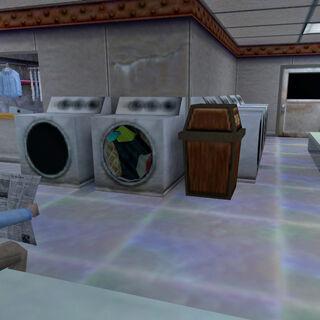 Científico leyendo el periodico mientras espera su ropa en la lavadora