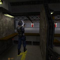 guardia disparando en el campo de tiro
