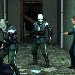 Miembros de Protección Civil golpeando a unos civiles