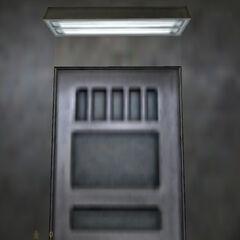 Calhoun esperando frente a la puerta de las Instalaciones de Seguridad