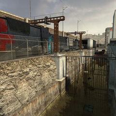 Un tren Razor pasando por un canal y apartamentos residenciales.