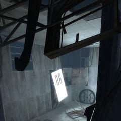 Una cámara de pruebas arruinada con Wheatley en el suelo