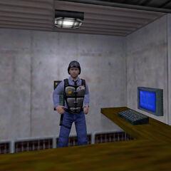 Guardia monitoreando una puerta