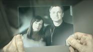 Carter mirando un holograma de sus padres antes de someterse al aumento