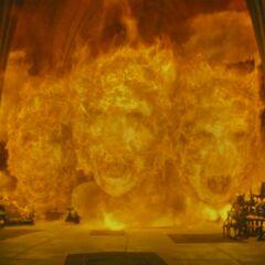 Адское пламя приняло форму лица Волан-де-Морта