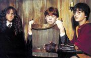 Рон Уизли с друзьями собирает слизней в ведро в хижине Хагрида