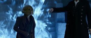 Queenie stoi obok Grindelwalda, za nią jest niebieski płomień