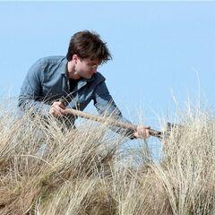 Гарри копает могилу для Добби