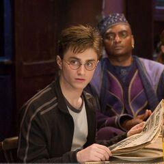 Гарри читает «Пророк»
