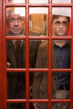 Гарри и мистер Уизли в телефонной будке