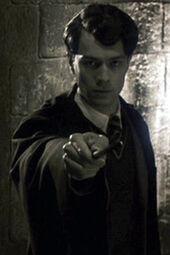 Kadr zawierającycy Voldemorta z różdżką wymierzoną w stronę kamery