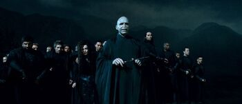 https://vignette.wikia.nocookie.net/harrypotter/images/3/35/Voldemort_et_ses_Mangemorts.jpg/revision/latest/scale-to-width-down/350?cb=20110714132233&path-prefix=fr