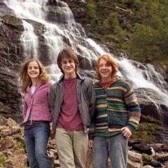 Трио на фоне водопада в Гленко