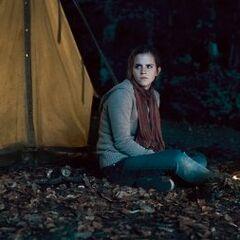 Гермиона возле палатки