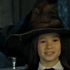 Лили надевают Распределяющую шляпу