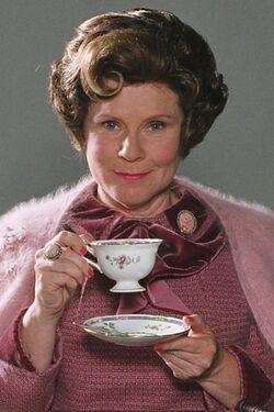 Амбридж пьёт чай