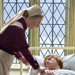 Поппи ухаживает за отравившимся Роном Уизли