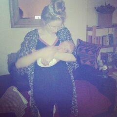 Джесси Кейв держит на руках своего малыша