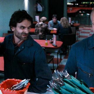 Долохов и Роули готовятся напасть на трио в магловском кафе